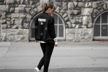 Bomberjacke mit Patches, Circle of Trust, Outfit mit Bomberjacke, gestreifter Pullover, schwarze Jeans, Adidas Superstars, schwarz-weiß Outfit, casual, Streetstyle, bezauberndenana.de