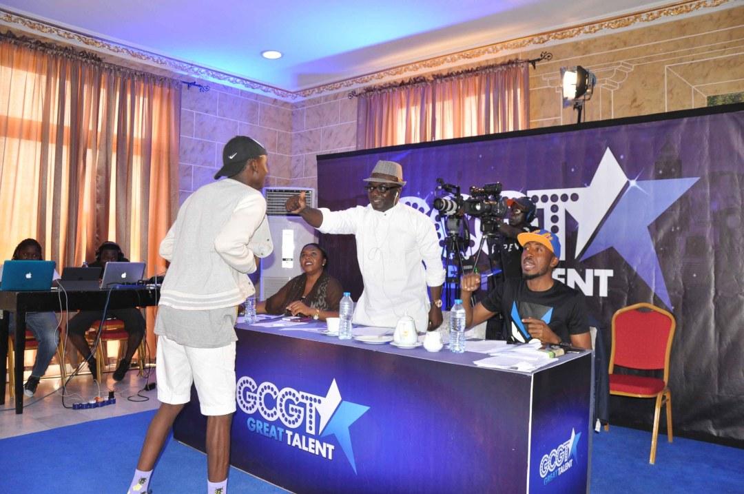 Asu Ekiye Gives contestant thumbs up