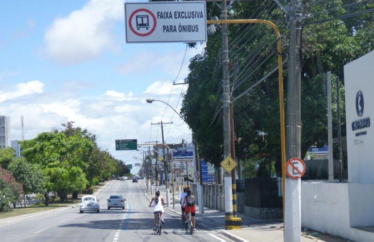 Faixa de ônibus oficialmente compartilhada com o ciclista em Maceió. Até onde eu sei, a primeira do Brasil