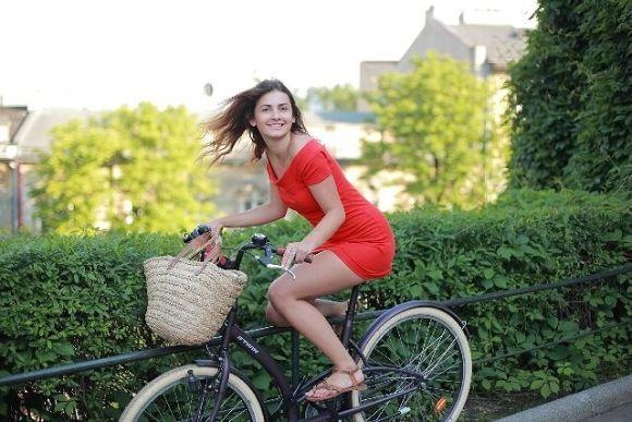 自転車×オシャレで女子力アップ、多彩なスナップをシェア