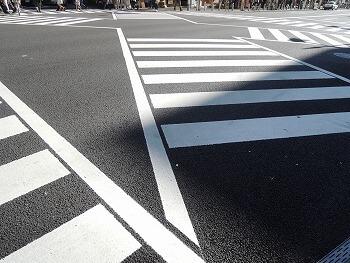 自転車で横断歩道を渡る時は「一時停止」で正しいですか?
