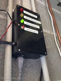 Une vue du boîtier avec la prise d'alim 220V et les entrée des capteurs