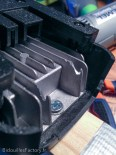 J'ai fait de petites encoches dans le radiateur pour que la batterie se vérouille