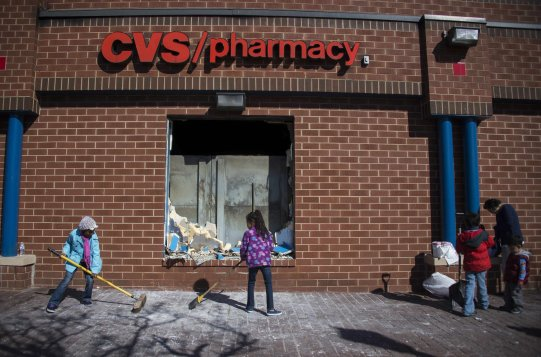 la-na-cvs-pharmacy-baltimore-riots-20150428