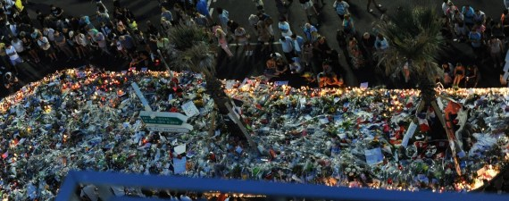epa05429785 People gather at a makeshift memorial of flowers and candles on the 'Promenade des Anglais' where the truck crashed into the crowd during the Bastille Day celebrations, in Nice, France, 17 July 2016. According to reports, at least 84 people died and many were wounded after a truck drove into the crowd on the famous Promenade des Anglais during celebrations of Bastille Day in Nice, late 14 July. EPA/OLIVIER ANRIGO