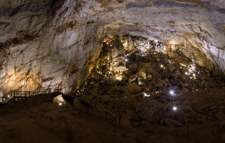 Die Holztreppen zum Höhleneingang