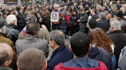 Freunde und Familienmitglieder gedenken auf dem Darmstädter Luisenplatz dem ermordeten Atilla Kilic (50)