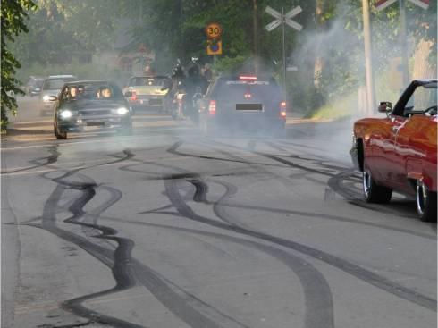 Däckspår från burnouts på gata i Vadstena vid kortege 2011. Foto och skyltmaskering: Lennart Strandberg
