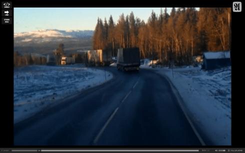 Tre lastbilar i nedförsbacke filmade från den fjärde bakom dem - strax innan möte.