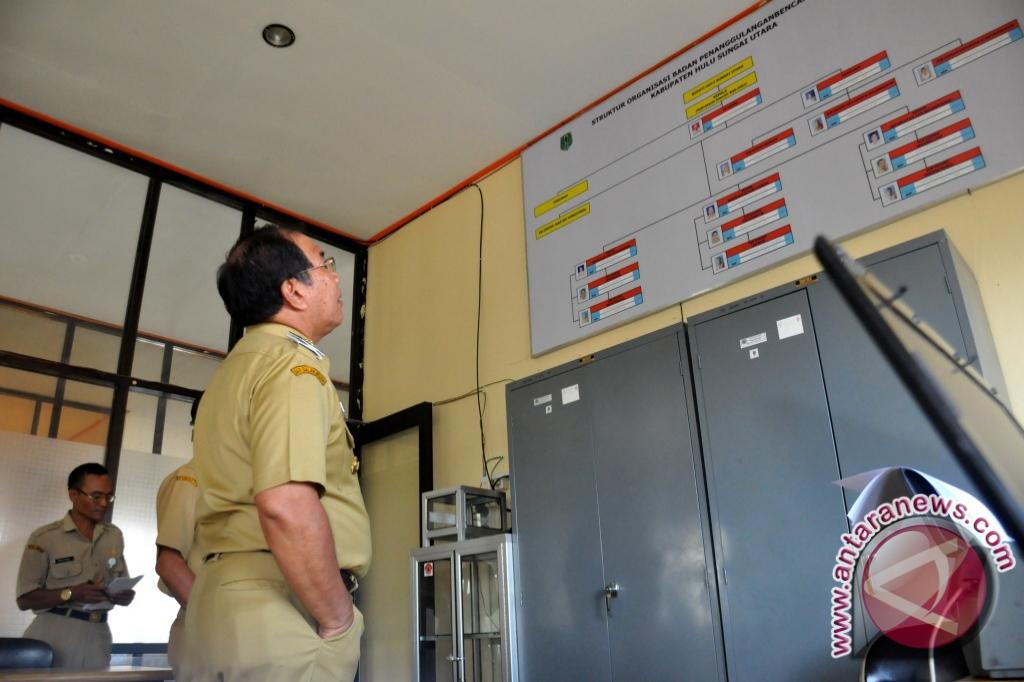 Formasi Penerimaan Pns Kalimantan Selatan 2013 Penerimaan Pendaftaran Bidan Ptt 2012 2013 Agustus 2016 Wakil Bupati H Husairi Abdi Memperhatikan Daftar Psn Di Hsuantara