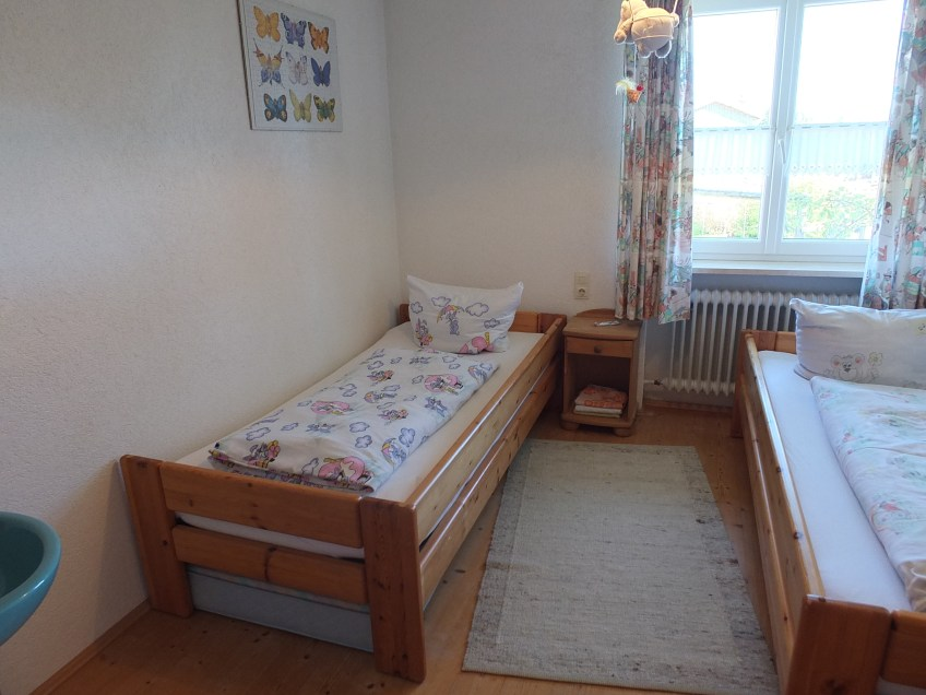 Kinderzimmer mit zwei großen Einzelbetten