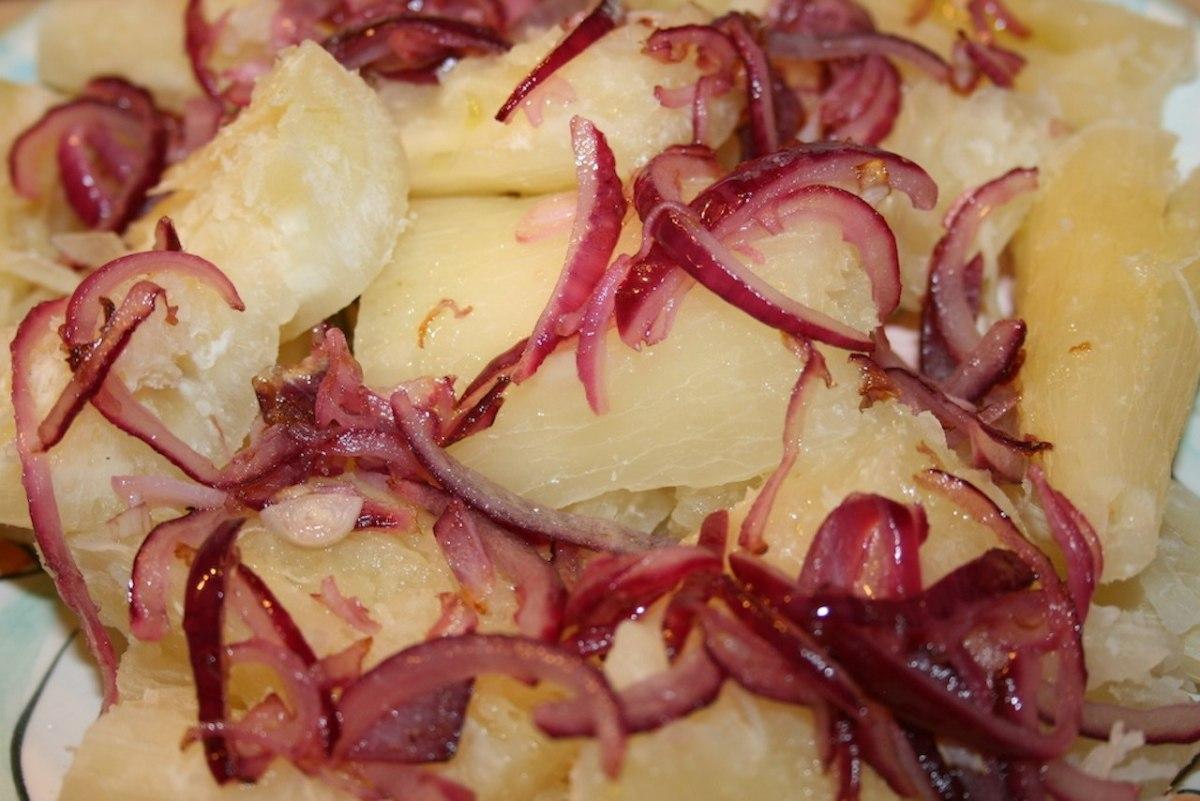 Boiled yucca with onions (yuca encebollada)