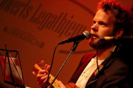 Jonathan Nielsen med ukulele