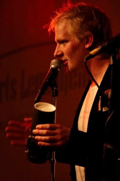 Frederik Bjerre Andersen med aftenens lyriske kanon, klar til affyring