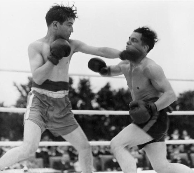Boxing_Tournament_in_Aid_of_King_George's_Fund_For_Sailors_at_the_Royal_Naval_Air_Station,_Henstridge,_Somerset,_July_1945_A2980
