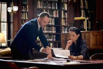Mycroft (Rhys Ifans) is forced to go on the run in the season finale of Elementary.