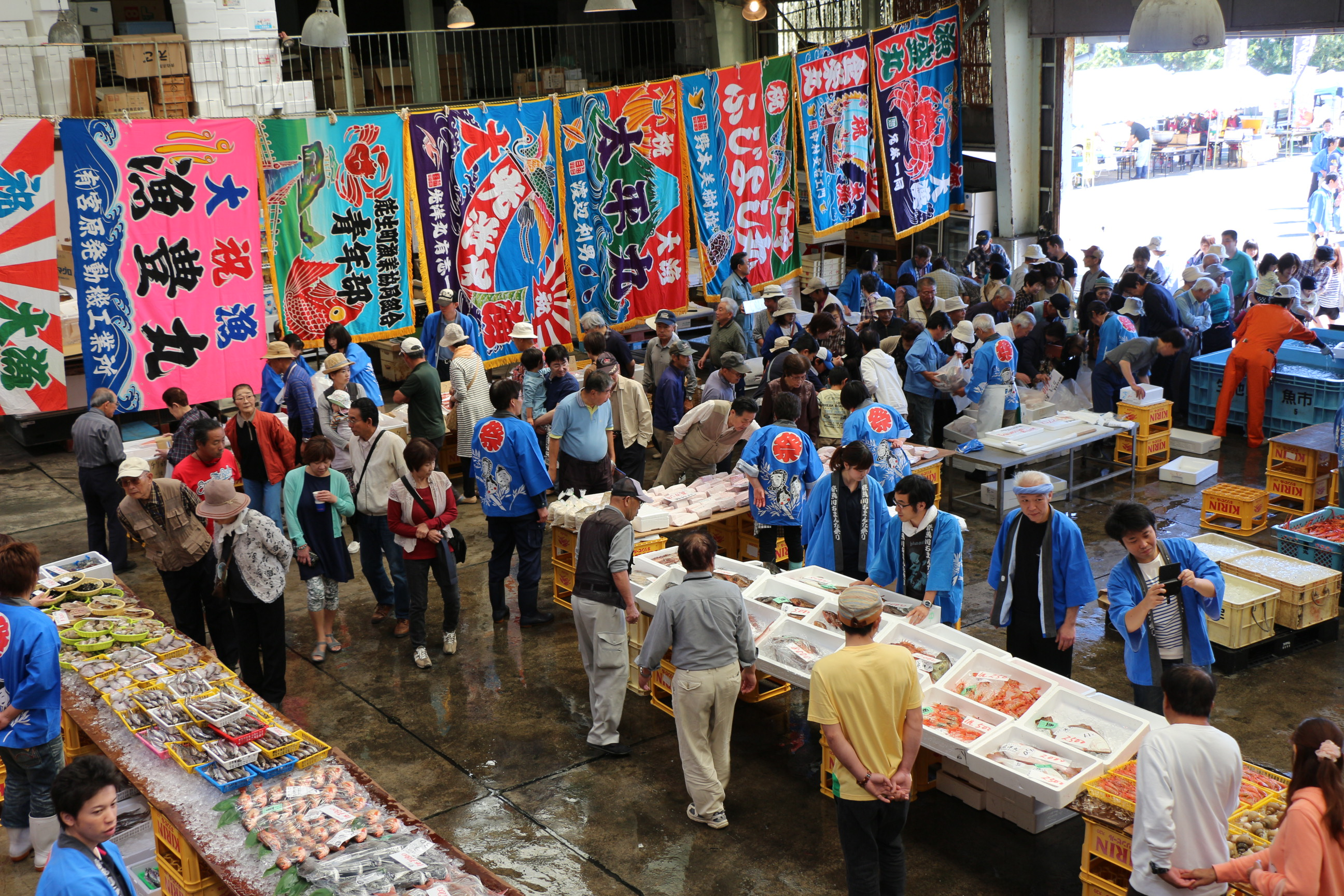 Visitors pack into the Itoigawa Fish Market to see the day's catch!