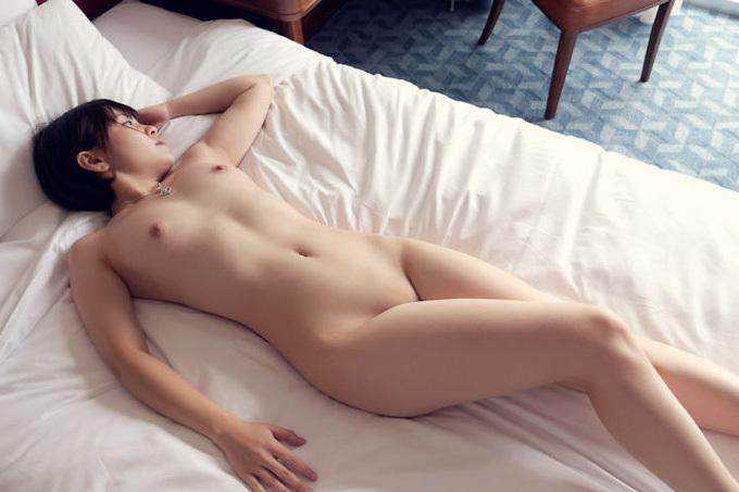 美女が惜しげもなく裸を晒してるエロ画像
