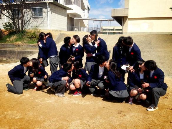 中学生カップルが卒業式でキスしまくってる画像ww