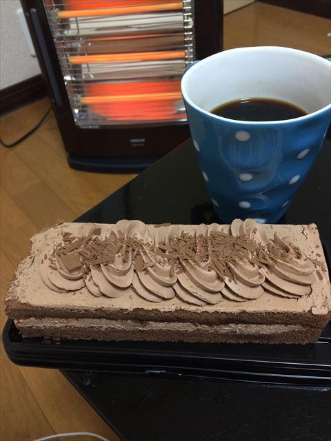 ワイお嬢様、ケーキとコーヒーをペロリ