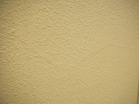 モルタル壁のひび割れの痕跡