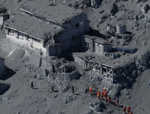 御嶽山噴火、愛知の小5女児(11)ら安否不明、強い硫黄臭が救助隊を阻む … 噴石がヒザに当たり足が曲がって下山できなかった遭難者も