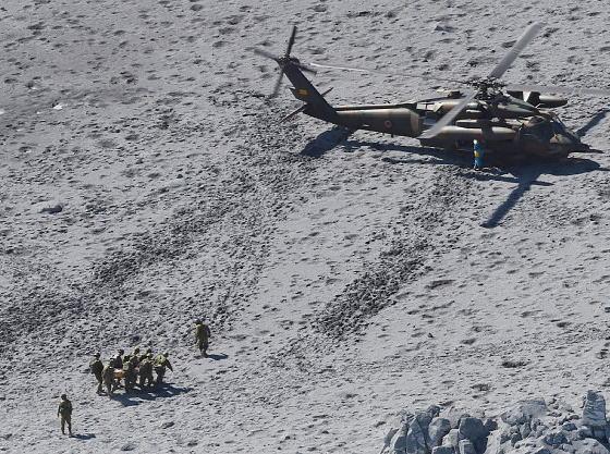 御嶽山1日早朝から捜索再開、山頂南側で新たに7人心肺停止状態で発見 … これまでの死者は12人、心肺停止の人は31人に。 死亡が確認されたの12人の内5人が登山届を出していなかった