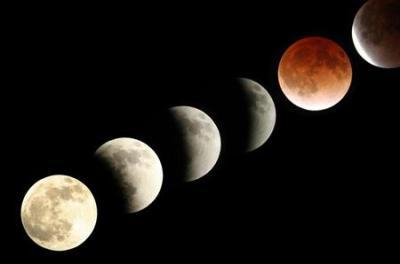 皆既月食はじまってます … 東の空から月が昇り、約1時間後の午後18時過ぎに欠け始め、同19時25分から皆既状態に、双眼鏡があれば月の右隣に天王星も