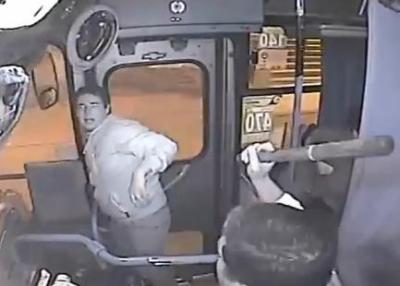 バスの中でひったくりに失敗した犯人、バスのドアに手を挟まれ動けなくなる → 運転手に棒でフルボッコに → 泣き出す (動画あり)