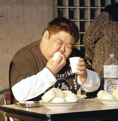 生タマネギ早食い競争、山口さんがギネス世界記録の29秒56で優勝