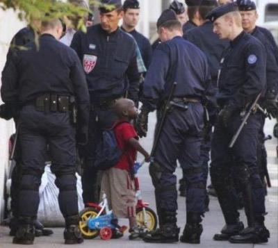 警官「任意で職務質問させてもらえるかな?」俺「あ、急いでるんで」警官B「おっ何だ何だ」警官C「おっ何だ何だ」警官D「おっ何だ何だ」