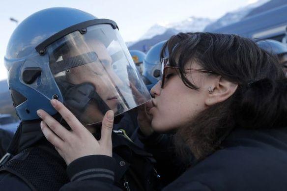 抗議活動中の20歳女性が機動隊員にキス→「侮辱だ。性暴力だ!」と警察は怒り心頭(写真あり)
