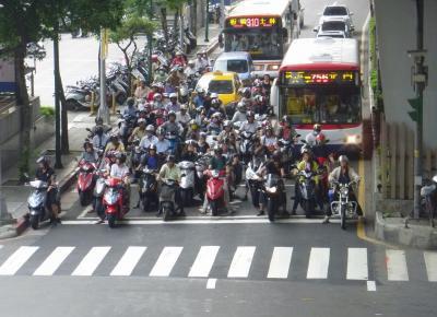 バイクを運転していた会社員(24)、左車線を走行していたトレーラーの左側をすり抜く → 転倒し、トレーラーにひかれ死亡 - 横浜・戸塚