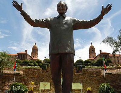 南アフリカ・故マンデラ元大統領の巨大な銅像の耳に 「ウサギちゃん」の像が居たのが見つかる … 南ア政府は取り除くよう命じる (画像あり)
