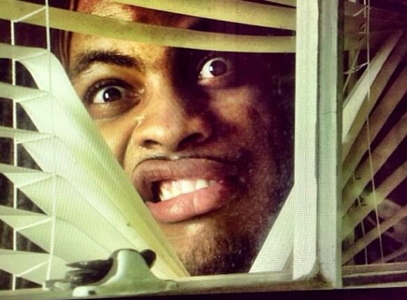視線の方に目を向けると、窓の外からジーッとこっちを睨んでるさっきの男が…!!