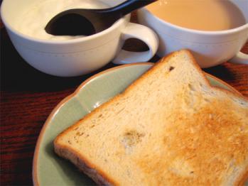 朝食に紅茶いれてひとりでトーストもさもさ食ってたらさ…
