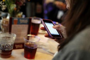 飯食いながら携帯いじるの法律で禁止しろ