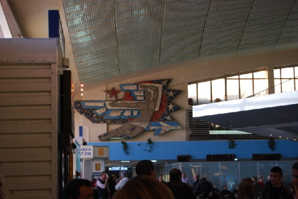 外国の空港ターミナルで飛行機が墜落して機体から立ち上る煙を見た