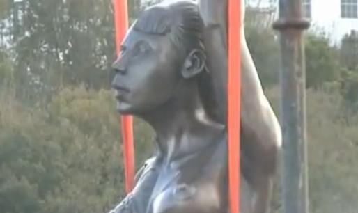 【画像あり】 20メートルの巨大裸婦像 「わいせつ」「グロ」と物議醸す