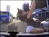 【動画】空からショートパンツの女の子が降ってきたでござる(´・ω・`)