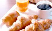 ワイニート、家族の朝食のパンをペロリ