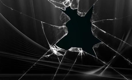 ナイフを持った人が窓ガラスを突き破って庭に転がってきた???【武勇伝】