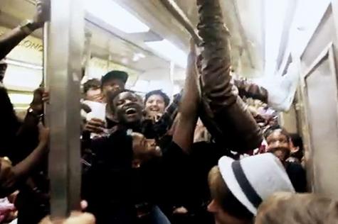 バスや電車で小学生は立っている方がいいのか?座っている方がいいのか?