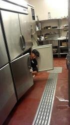 ブロンコビリー、バイトが冷蔵庫に入った足立梅島店を閉店&当該バイト店員に損害賠償請求も
