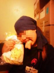 『丸源ラーメン』で従業員が食材の冷凍ソーセージを口にくわえた写真を『Twitter』にアップし会社が謝罪