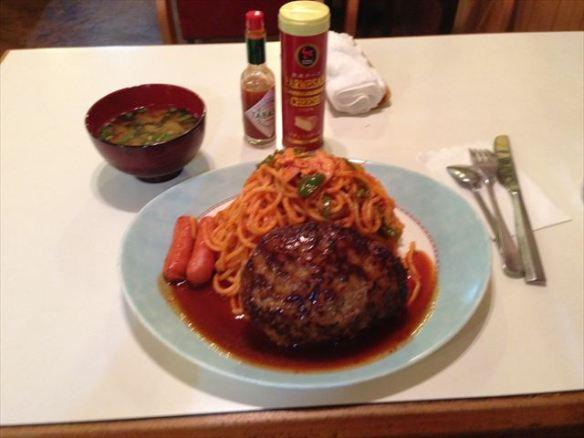 スパゲッティとハンバーグの定食、みそ汁付き