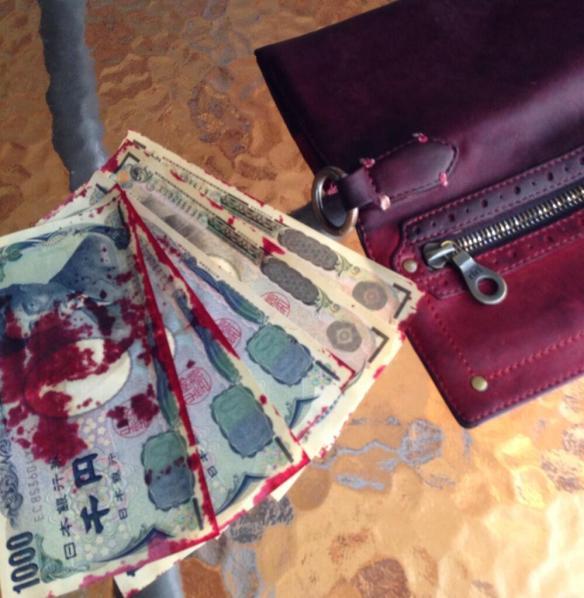 【画像】「大雨のせいで、お札に財布の色が色落ちした!」 これはどうみても・・・