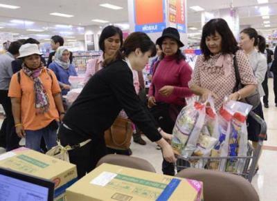"""訪日外国人への免税品を""""食料品を含む全ての品目""""に拡大して1カ月、想定の倍以上の効果 … 一人で10万円まとめ買いする中国人など、訪日観光客の年間消費額が2兆円に達する可能性も"""