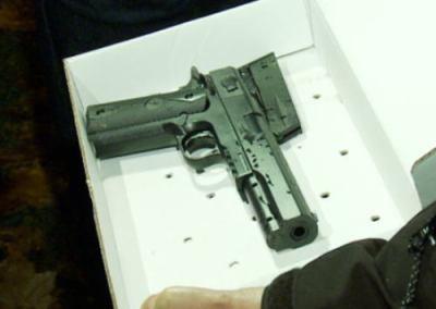 「黒人の子供がおもちゃの銃持ってフラフラしてる。なんとかしてくれ」との通報 → 駆けつけた新米警官、ベンチにいた少年に二度発砲し射殺 … 「おもちゃの銃」とは伝えられず - オハイオ州