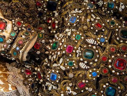 新華ニュース「最近、イタリアのローマで全身宝石まみれの遺体が発見される」(画像) → 実はただの・・・